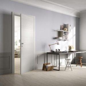 Modello Plissè di FerreroLegno (www.ferrerolegno.com) proposta nella finitura Bianco e con telaio Evoluto. Il suo decoro a strisce orizzontali irregolari e tono su tono, leggermente chiaroscurato, realizza un particolare effetto che rende questa porta effervescente e dinamica.
