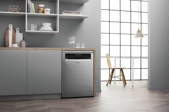 La lavastoviglie, sono dotate della tecnologia 3D Zone Wash HFO 3C32 W O C X di Hotpoint è in grado di offrire caratteristiche di potenza e silenziosità di altissimo livello. In classe energetica A+++, è per 14 coperti e emette una rumorosità di 42 decibel. Misura L 60 x P 60 x H 85 cm. Prezzo 649 euro. www.hotpoint.it