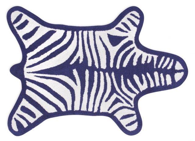 Tappeto da bagno Zebra di Jonathan Adler è in cotone al 100%. Reversibile, pratico grafico, ludico, si lava in lavatrice ed è disponibile in sei colori (blu, grigio, nero, turchese, arancio e verde). Misura 112 x 79 cm. Prezzo 88 euro. In vendita su www.madeindesign.it