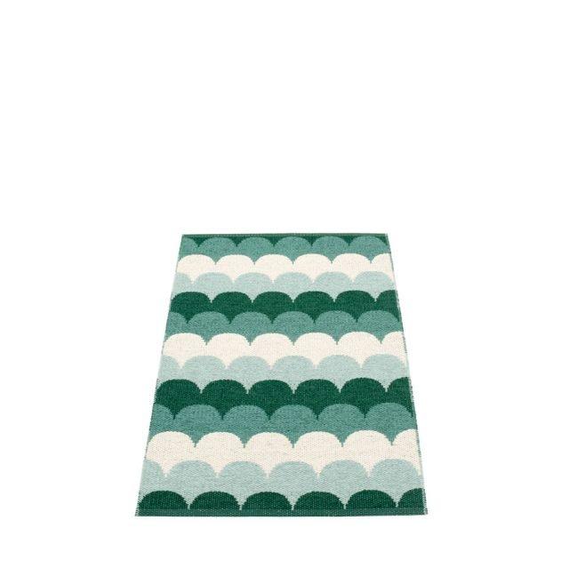 Tappetino Koi del brand svedese Pappelina è realizzato in materiale vinilico dal decoro nordico, in 4 colori. Misura 70 x 90 cm. Prezzo 70 euro. In vendita da: www.jannellievolpi.it