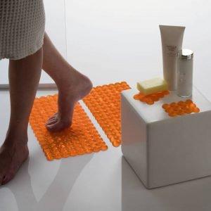 Tappeto Lebolle (design Monica Graffeo) di Geelli è realizzato in gel poliuretanico morbido, con adesivo sul perimetro. Disponibile in 15 colori. Misura 40 x 20 cm. Prezzo 42 euro. www.geelli.com