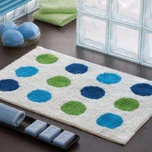 In cotone a pois, con fondo trattato antiscivolo spray latex, il tappeto G-Udaipur di Gedy è lavabile in lavatrice a 40°. Misura 80 x 50 cm. Prezzo 19,25 euro. www.gedy.com
