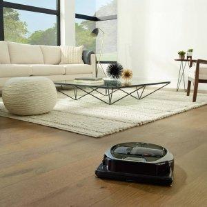 Il robot aspirapolvere POWERbot VR7000 di Samsung rileva il tipo di superficie e adatta la potenza di aspirazione alle esigenze del tipo di pavimento. Emette 72 decibel al massimo della potenza e può essere controllato da remoto per la partenza, per programmare gli orari di pulizia e controllare la cronologia anche quando non si è in casa. Prezzo 799 euro. www.samsung.it