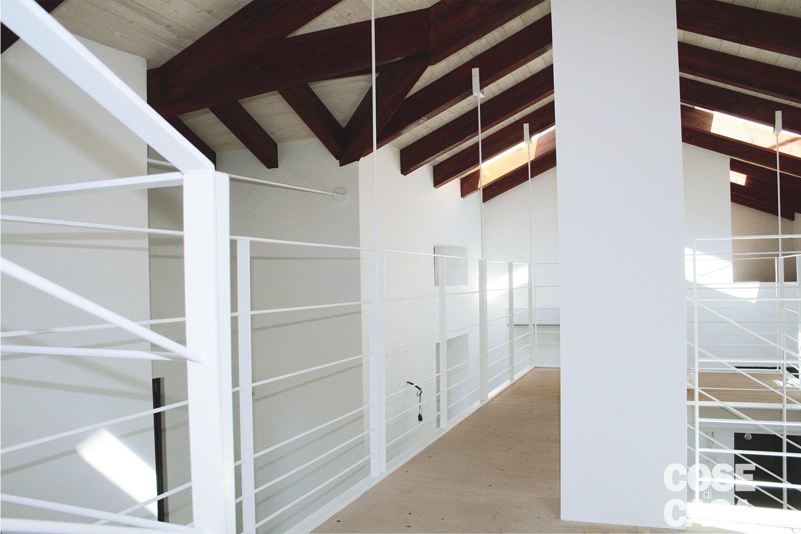 100 mq da due bilocali e sottotetto annessi con for Piani di casa rustici con soppalco