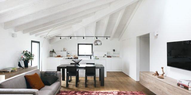 98 mq: spazio moltiplicato dalla luce nel sottotetto della ex cascina