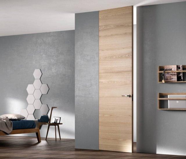 """Porta Exit Zero della linea Sistema Zero di FerreroLegno, con telaio """"A_filo"""" completamente integrato nel muro, nella finitura Rovere Natural Touch. Dimensioni: 80×290 cm."""