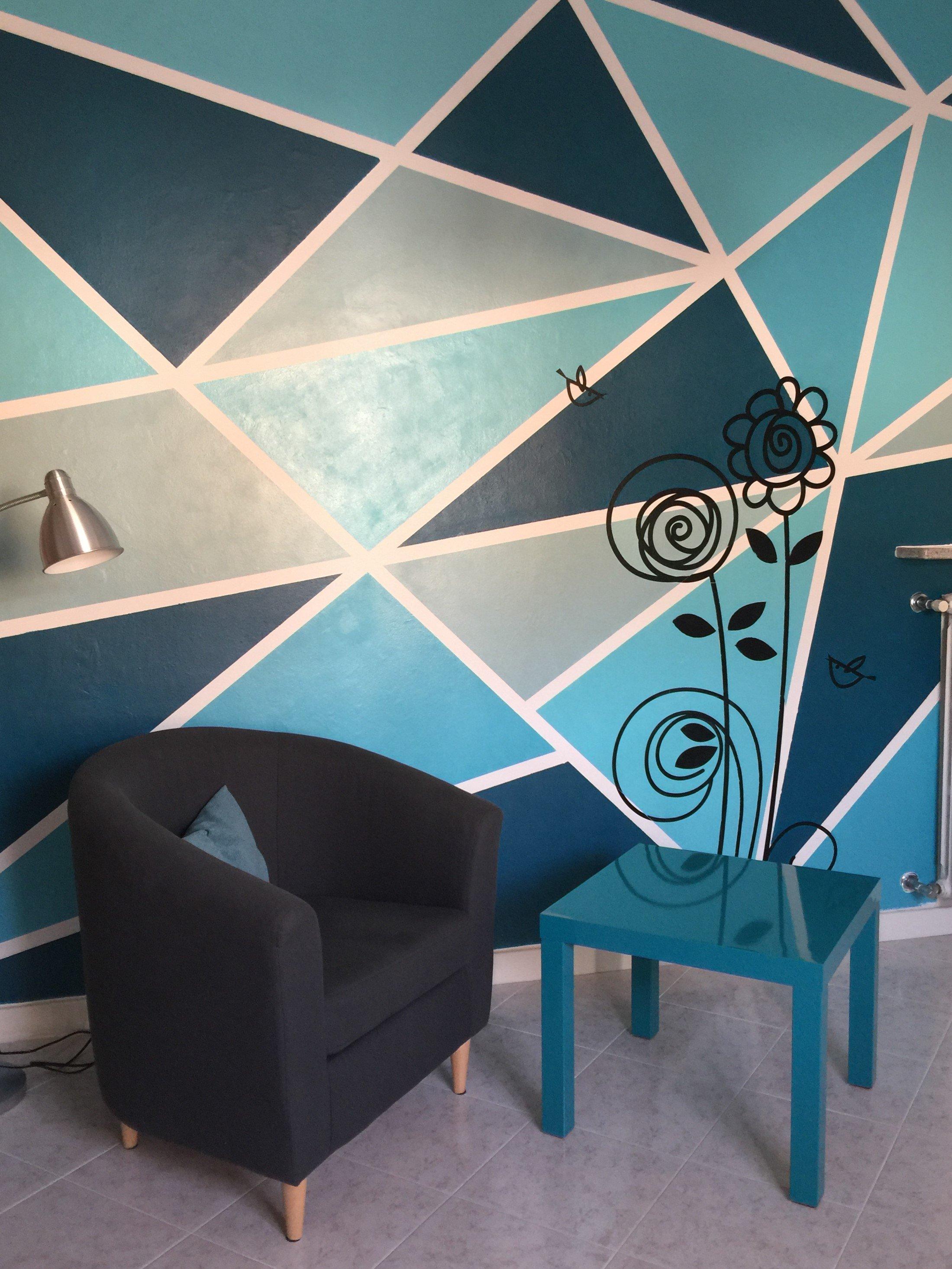Tinteggiare la parete con una decorazione geometrica cose di casa - Decorare pareti con scritte ...