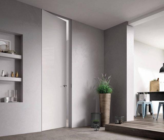 """Porta Exitlyne Zero della linea Sistema Zero di FerreroLegno nella finitura laccato lucido bianco, con telaio """"A_filo"""" completamente integrato nel muro. Dimensioni: 80x290 cm."""