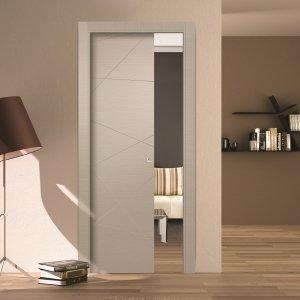 La porta scorrevole a scomparsa in legno LV03 della collezione Living di AIP Porte è laccata Tortora. È disponibile nelle dimensioni L 60/70/80 x H 210 cm. Prezzo su richiesta. www.aipporte.com