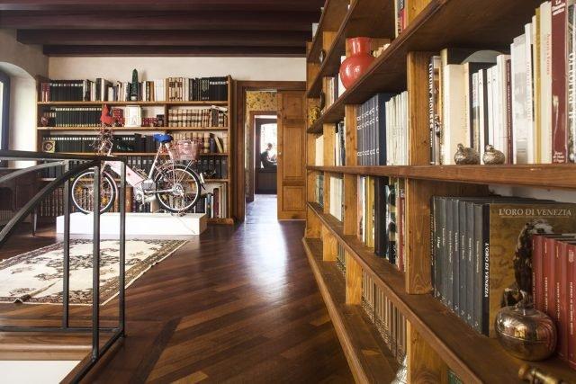 In una villa veneta dell'Ottocento sono stati recuperati i vecchi pannelli porta e realizzate pratiche aperture scorrevoli, che ricordano gli antichi passaggi segreti nascosti all'interno di mobili e librerie.