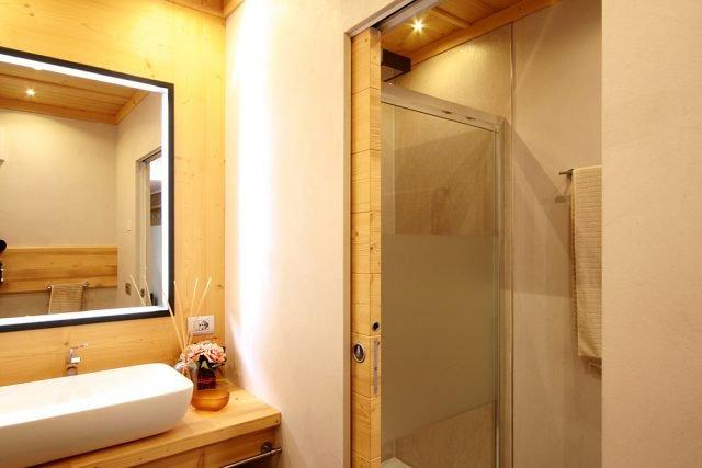 All'interno di baite, chalet e case in montagna, il legno - presente nelle finiture a parete, pavimento e soffitto - diventa protagonista indiscusso anche del pannello porta.
