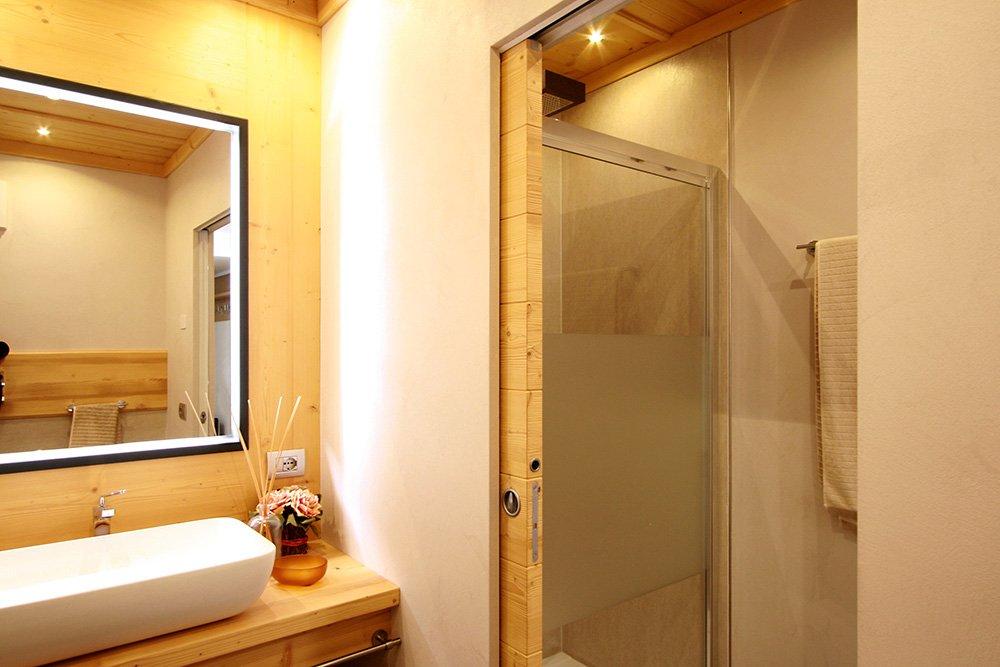 Porte come elementi d 39 arredo anche in contrasto con lo stile dell 39 ambiente cose di casa - Porte scorrevoli bagno ...