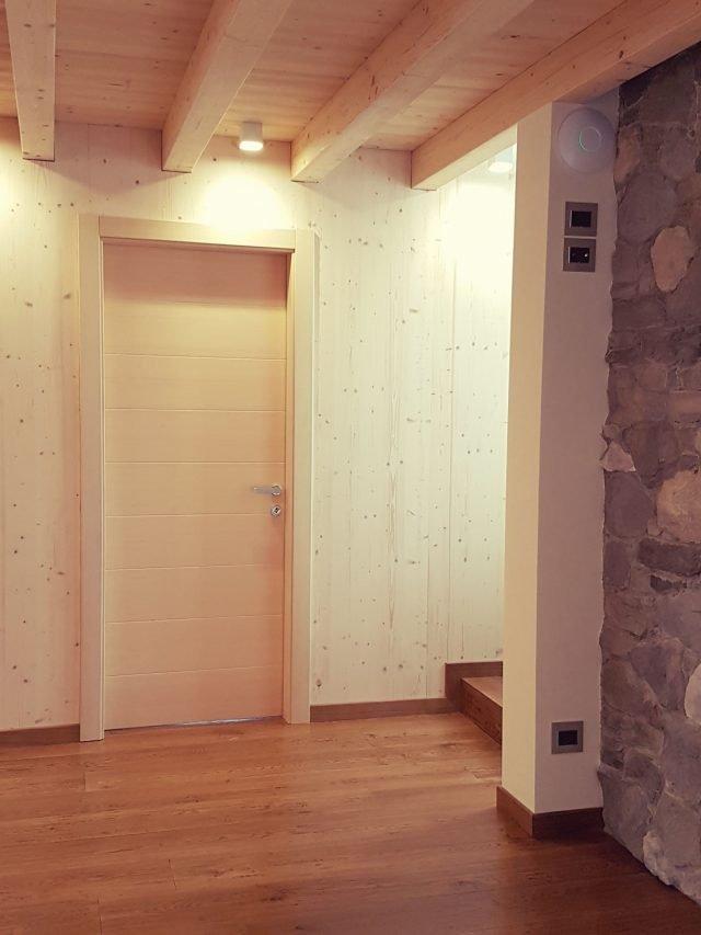 È realizzata in legno massiccio di abete con finitura naturale la porta a battente di Alpilegno con cerniere a scomparsa e anta complanare sul telaio interno. Misura L 80/90 x H 200/210 cm. Prezzo, Iva esclusa, 1.000 euro.  www.alpilegno.com