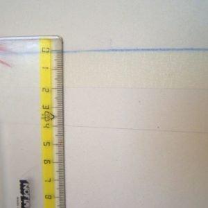 Attaccate il nastro carta sopra la linea, misurate 2 cm sotto di essa.
