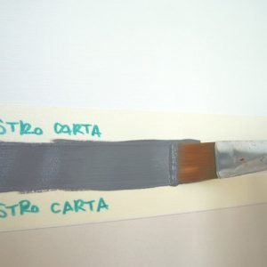 Con il pennello, dipingete la linea tra i due nastri tirando bene il colore per evitare accumuli.