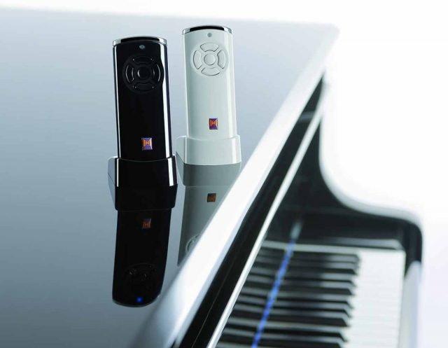 I telecomandi dal design accattivante hanno involucro con superficie a specchio e tappi in pressofusione di zinco cromato.
