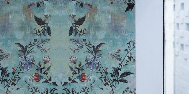 Carta da parati in bagno: tra decor floreale e geometrie contemporanee