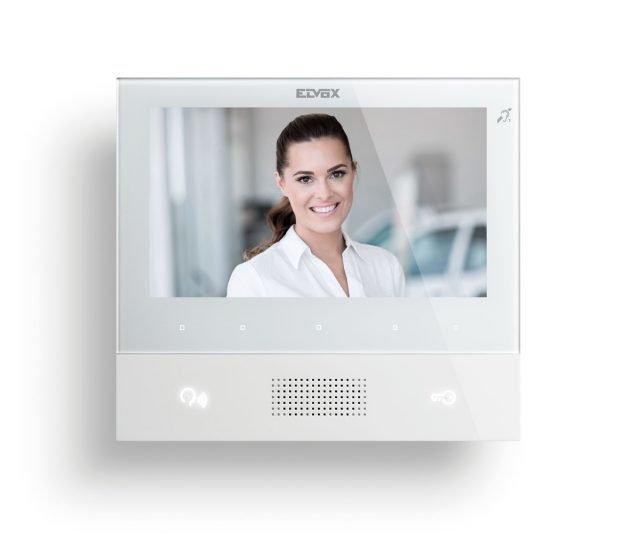 """Il videocitofono vivavoce TAB 7 di Vimar è disponibile con tecnologia Due fili Plus e IP, dotato di schermo LCD 7"""" a colori con risoluzione delle immagini 800 x 480 pixel e ampio altoparlante per comunicare con chiarezza verso l'esterno. Dispone, inoltre, di un intuitivo menu a scorrimento e di una tastiera capacitiva per funzioni videocitofoniche: parla/ascolta, apertura serratura, autoaccensione, servizi ausiliari (tipo luce scale), esclusione suoneria e chiamate intercomunicanti. Possibilità di differenziare le suonerie per le chiamate da diversi punti, per esempio: targa esterna, chiamata fuoriporta, chiamata intercomunicante e segnalazioni luminose di """"Chiamate senza risposta"""". Design lineare, moderno ed elegante, il TAB 7 è disponibile nelle cromie bianco e nero. www.vimar.com"""