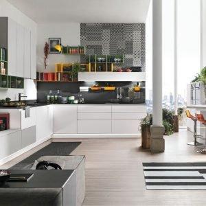 La cucina con i pensili è il modello Infinity di Stosa. Prezzo: basi 60 PET a partire da 136 euro; basi 60 Fenix a partire da 157 euro; pensili 45 Fenix a partire da 203 euro. www.stosacucine.com