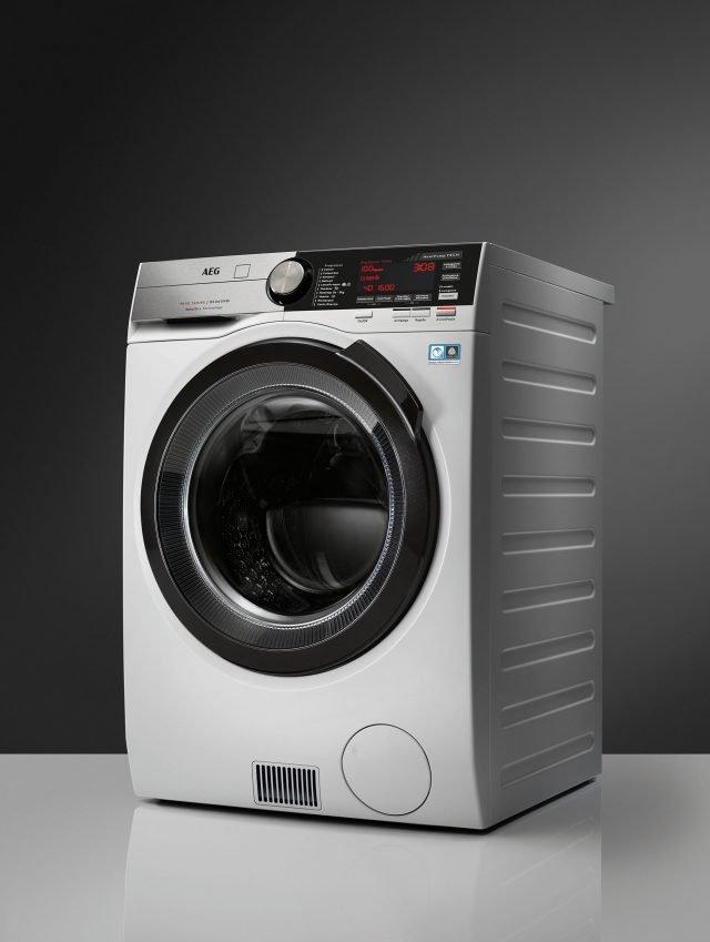 La nuova lavasciuga ÖKOKombi Serie 9000, modello L9WEC169K, permette di lavare e asciugare in modo ottimale a casa propria i capi più preziosi e delicati senza alterarli. Infatti, ÖKOKombi è la prima al mondo a impiegare per la fase di asciugatura la pompa di calore che permette cicli a basse temperature.