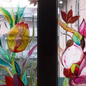 Dettagli di ante a vetro dipinte.