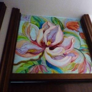 Sopraporta in vetro dipinto con fiore in primo piano.