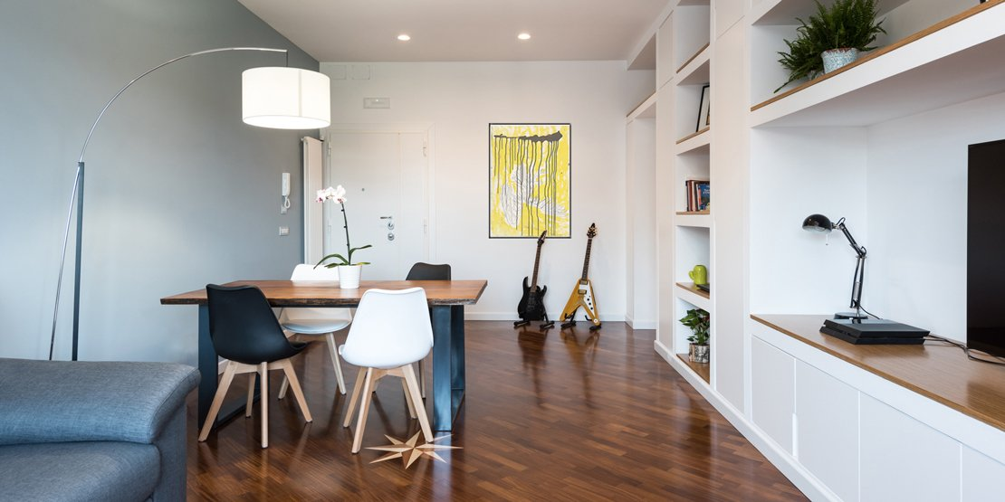 Parete attrezzata e setto di vetro protagonisti nella casa for Foto di appartamenti arredati