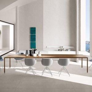 Tavolo Tense material in legno, sedute Flow Slim e Flow stool