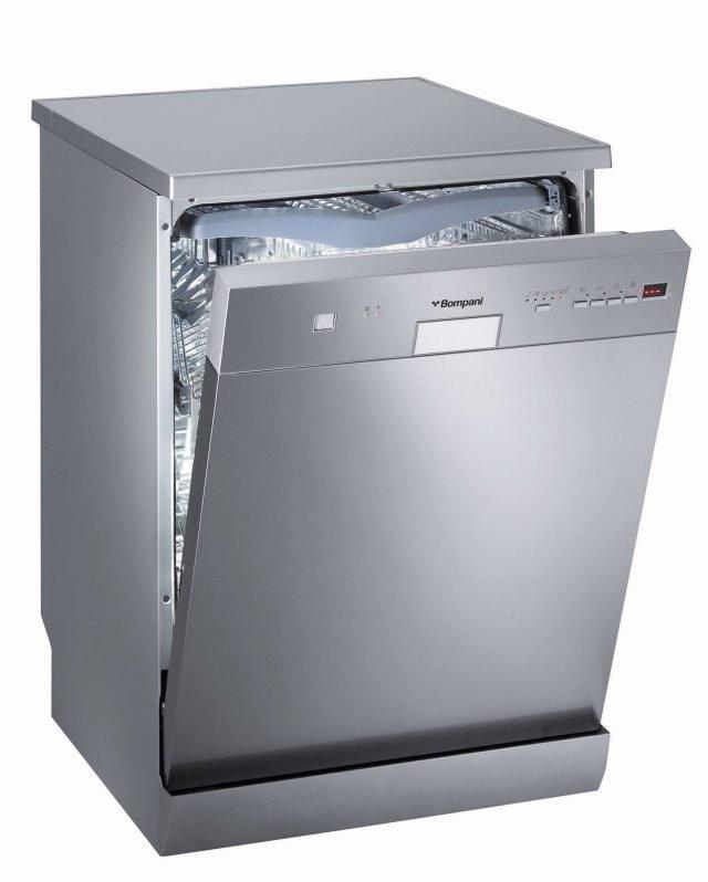 Bassi consumi energetici con la lavastoviglie BOLF147S di Bompani che è in classe A++. Con pannello elettronico, è per 14 coperti e ha sistema di lavaggio a 3 getti d'acqua: uno fisso sulla parte alta, un irroratore centrale rotante e uno speciale irroratore inferiore rotante con il doppio movimento simultaneo a elevata rotazione per raggiungere tutti i punti della vasca. E' dotata di 10 programmi di lavaggio. Misura L60xP60xH85 cm. Prezzo in via definizione. www.bompani.it