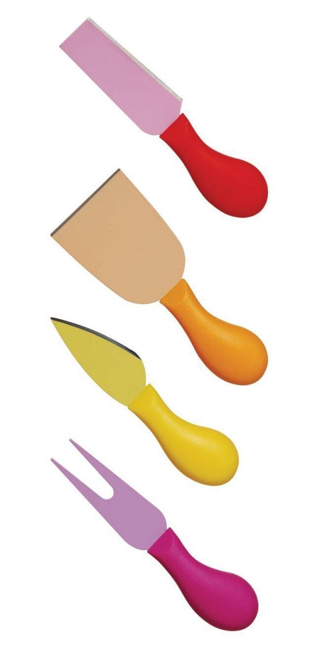 Il set composto da 4 coltelli per formaggio di Excelsa ha impugnatura ergonomica in plastica colorata e lama in acciaio antiaderente, antibatterico e igienico, grazie allo speciale materiale Xynflon, che previene l'ossidazione dei residui di cibo durante l'utilizzo. Facili da pulire, idrorepellenti e resistenti fino a 260 °C sono lavabili in lavastoviglie. Prezzo 12 euro. www.excelsa.it