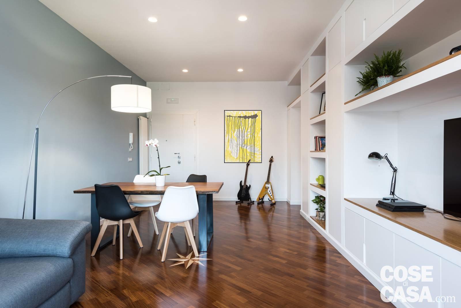 Parete attrezzata e setto di vetro protagonisti nella casa for Foto case arredate moderne
