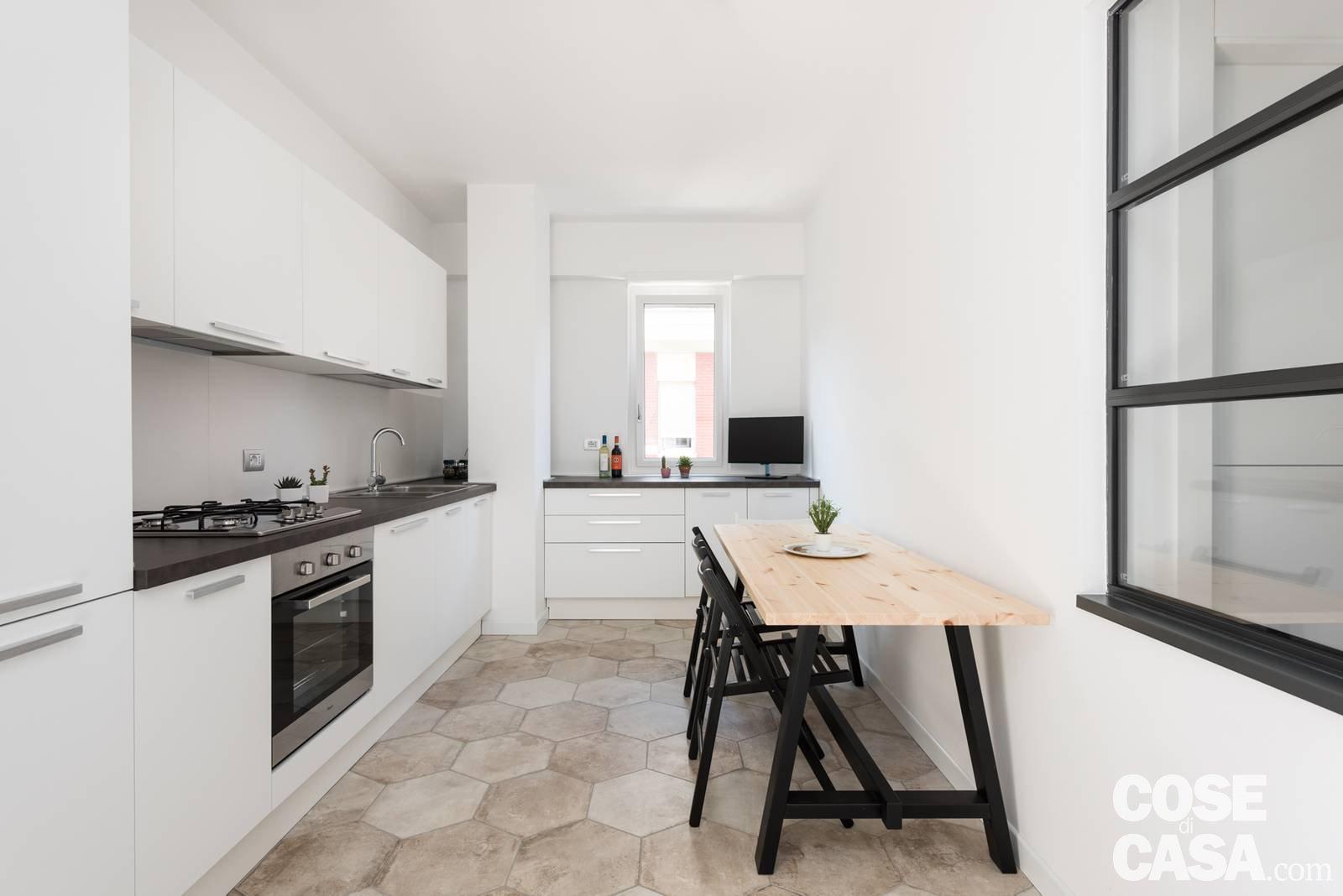 Parete attrezzata e setto di vetro protagonisti nella casa for Disegni parete cucina