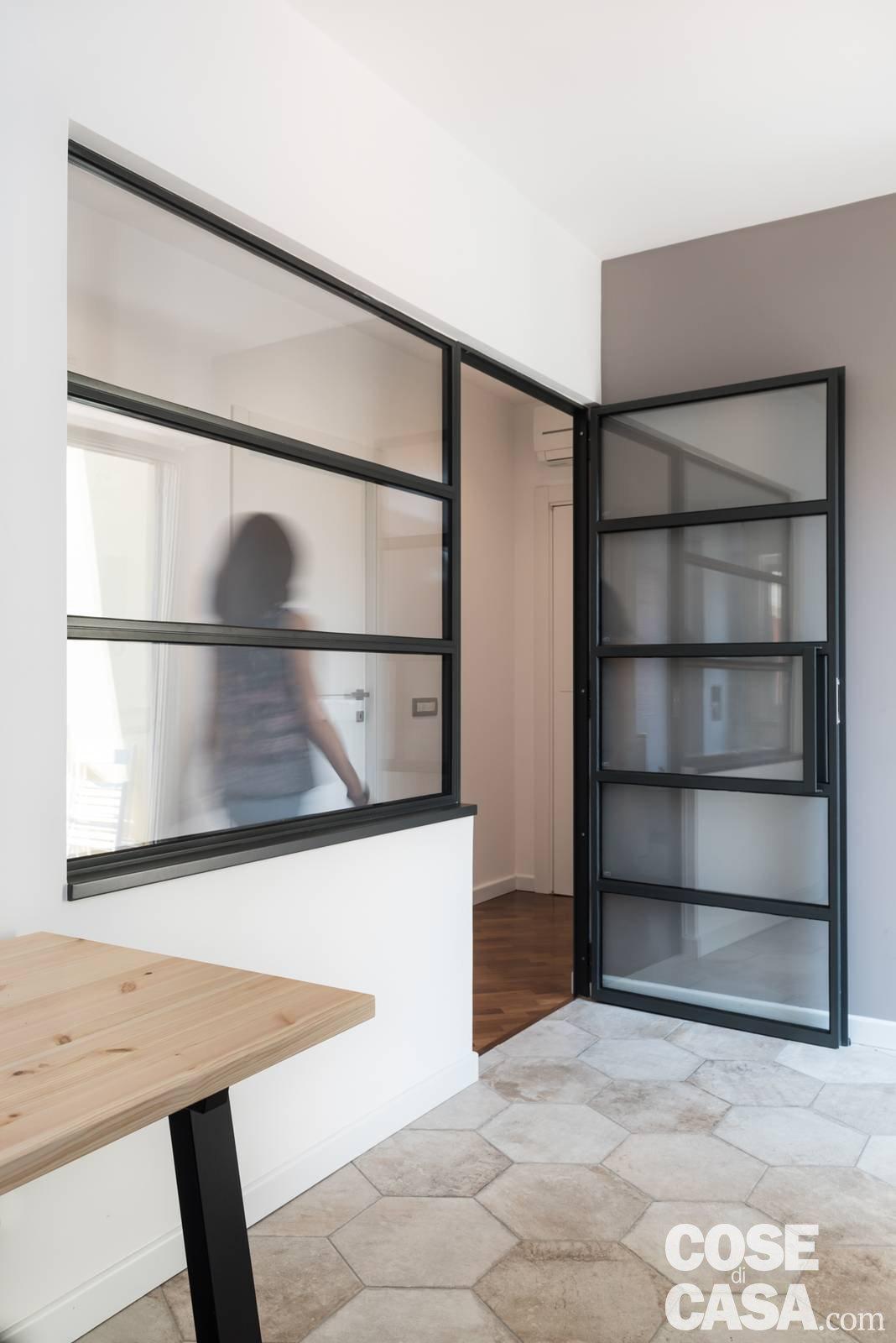 Parete attrezzata e setto di vetro protagonisti nella casa - Parete vetro cucina ...