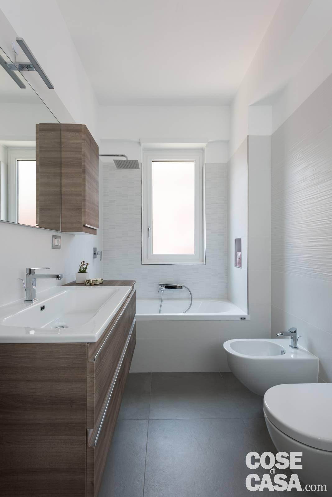 Parete attrezzata e setto di vetro protagonisti nella casa di 85 mq cose di casa - Foto di bagno ...