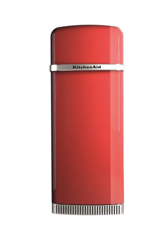 Di design e in classe A++, Iconic Fridge di KitchenAid è un frigorifero a doppia porta dall'igiene assicurata da un filtro antibatterico e dal ventilatore dinamico dell'aria, che mantiene una temperatura costante e uniforme all'interno. Con regolazione elettronica, ha una capacità netta di 230 litri (205 litri per il frigo e 25 litri per il freezer), con ripiani regolabili per ordinare il cibo in modo pratico e veloce. Misura L 60,5 x P 70 x H 155,5 cm. Prezzo 2.257 euro. www.kitchenaid.it
