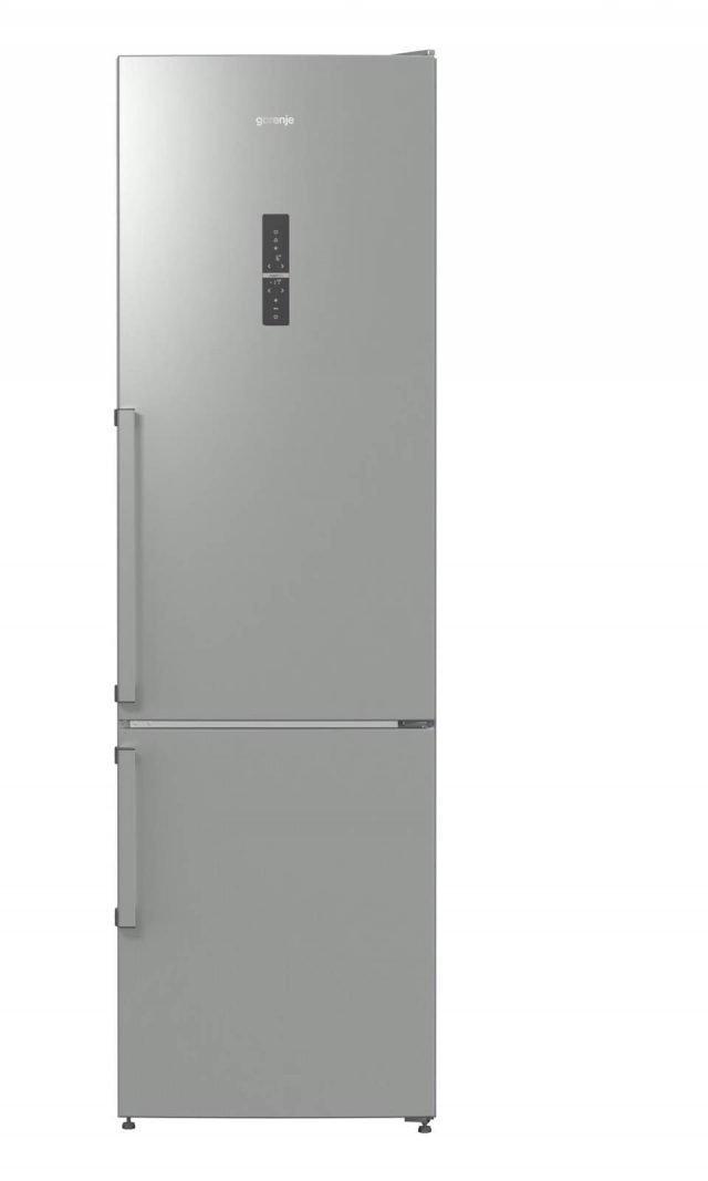 Il frigorifero NRK6203TX di Gorenje in classe A+++ ha un sistema intelligente per mantenere la temperatura all'interno ottimale indipendentemente da quanto spesso si apre la porta e ottenere così risparmi elevati sul consumo di energia. E' attrezzato con cassetti e vani specializzati come il CrispZone per frutta e verdura dove temperatura e umidità possono essere regolate. Ha capacità totale di 334 litri e congelatore con tasto per la congelazione rapida. Misura L60xP64xH200 cm. Prezzo 999 euro. www.gorenje.it