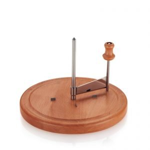 Lo speciale utensile da cucina raschia il formaggio a forma di rosette. Luxus di Maiuguali è in legno naturale e acciaio inox e ha dimetro di 22 cm. Prezzo 34,5 euro. www.maiuguali.it