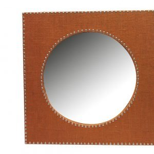 GF 381 di Novità Import è lo specchio rotondo inserito in una cornice quadrata rivestita in tessuto color ruggine e decorata da piccoli bottoni dorati che riprende lo stile del comò. Misura L 61 x P 61 cm. Prezzo 81,80 euro. www.novitahome.com