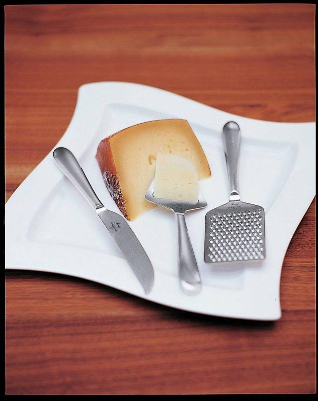 In acciaio inossidabile, la linea Kensington di Villeory & Boch comprende strumenti per tagliare e affettare i diversi tipi di formaggio come l'affetta formaggio, la grattugia e il coltello a punta per i formaggi duri. Ciascuno, prezzo 19,90 euro. www.villeroy-boch.com