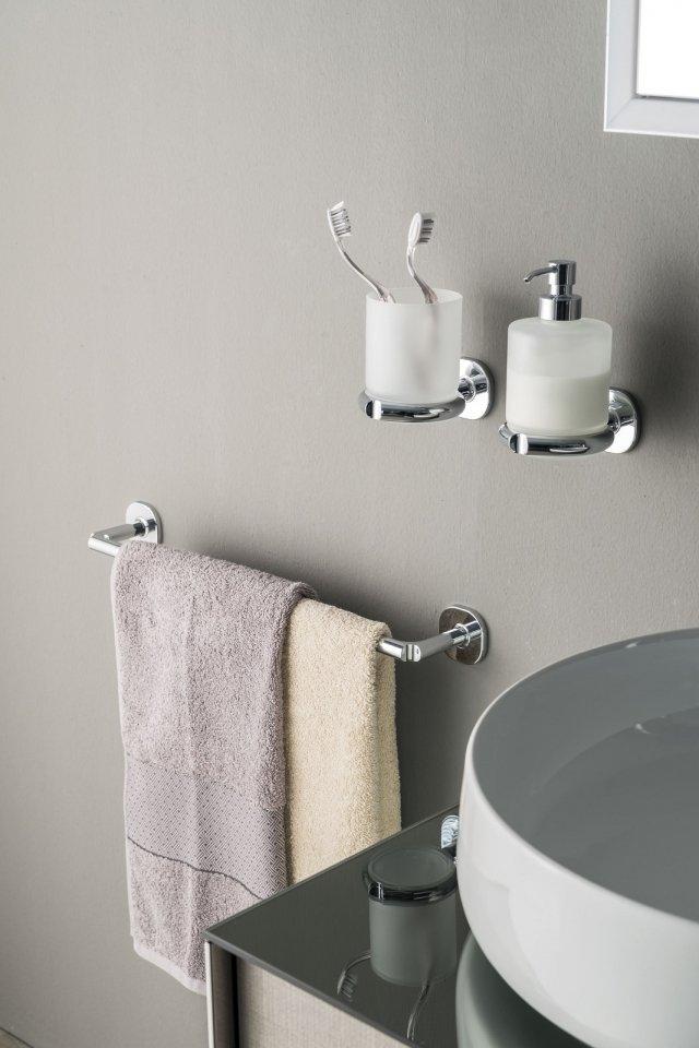 Se non c'è spazio sul lavabo per spazzolino, dentifricio e sapone, si può scegliere il portabicchiere e lo spandisapone a parete della collezione Ellepi di Inda con design Grey ID. Entrambi con contenitore in vetro satinato, hanno finitura cromata e sono caratterizzati da un leggero incavo angolare. Il portabicchiere misura L 9 x P 13 x H 12 cm e costa, Iva esclusa, 49 euro; lo spandisapone dalle misure L 9 x P 12 x H 16 cm costa, Iva esclusa, 63 euro. www.inda.net