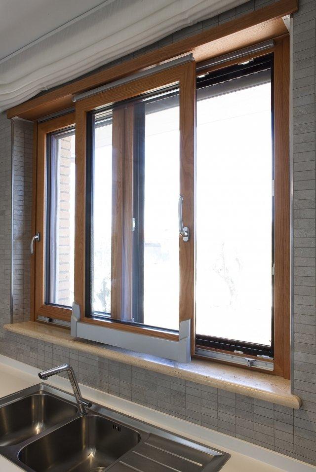 È in alluminio-ABS-legno la finestra scorrevole in parallelo Thermalmix di EMK con elemento non scorrevole sempre apribile anche ad anta. Ha interno in frassino tinto Avana e maniglia nella finitura cromato satinato. Lo spessore del telaio oscilla tra 72 e 86 mm, mentre a vetrocamera è da 28 a 32 mm. Il valore di trasmittanza termica è di Uw: 0,85W/m²K. Realizzata su misura. Prezzo su preventivo. www.emkgroup.it