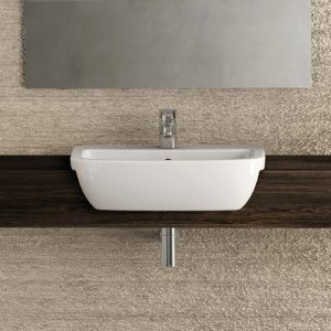 Ha linee pulite ed essenziali il piccolo lavabo da semincasso della collezione Gemma 2 di Ceramica Dolomite in ceramica bianca. Misura L 55 x P 45 cm. Prezzo 139 euro. www.ceramicadolomite.it