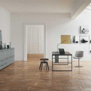 Scrivania 20.Venti, sedia Flow Color, pouf Flow, contenitore modulare Handle, nuovo sistema per pareti Square. Tutto di MDF Italia.