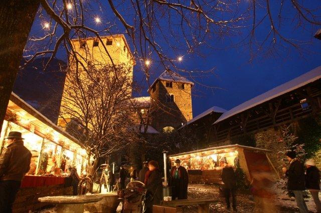 Festeggiano 25 anni i mercatini di Natale di Merano in cui, fino al 6 gennaio, saranno presenti tanti artigiani con originali prodotti artigianali di qualità. I manufatti si possono acquistare nelle tipiche casette di legno dal design essenziale e moderno lungo il fiume Passirio. Foto: Merano Marketing http://mercatini.merano.eu/