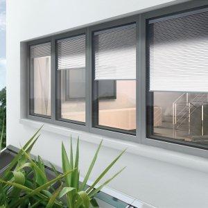Sul lato esterno l'anta a scomparsa della finestra FIN-Project Twin-line Nova di Finstral amplifica la superficie vetrata. Con oscurante integrato, la finestra è realizzata in alluminio. Permette l'abbattimento acustico a soli 45 dB grazie ad ampie intercapedini fra le singole lastre e al terzo vetro dell'anta accoppiata. La veneziana inserita tra i vetri consente di regolare individualmente l'incidenza di luce e calore. Realizzata su misura. Prezzo su preventivo. www.finstral.com