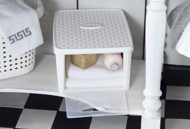 È dotato di coperchio e apertura frontale il contenitore multiuso Infinity Box di Bama. Sovrapponibile per sfruttare al meglio lo spazio, ha un volume di 20 litri. È disponibile in colori assortiti, con finitura esterna in paglia intrecciata. Misura L 31 x P 40,5 x H 21,2 cm. Prezzo 8,90 euro. www.bamagroup.com