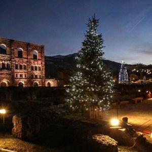 Il mercatino di Natale Marché Vert Noël di Aosta si svolge nella straordinaria scenografia del Teatro Romano. Fino al 7 gennaio si possono trovare tra i tipici chalet originali idee regalo, gustando le saporite specialità locali. Foto: Enrico Romanzi http://www.lovevda.it/it/eventi
