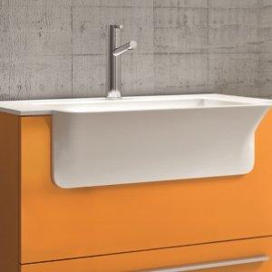 Si presenta con una finitura laccato arancione opaco la composizione per lavanderia della linea Store di Laundry di Hafro-Geromin. Il mobile lavabo con frontale fisso dispone di un cassetto e maniglia Griff. Il top ha vasca integrata in Geacryl bianco lucido. La base lavabo misura L 70 x P 36,5/49 x H 86 cm. Prezzo della composizione, Iva esclusa, 1.459 euro  http://hafrogeromin.it