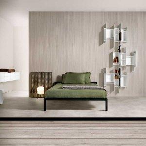Letto Aluminium Bed, libreria pensile Randomito, sgabello Sag, contenitori InMotion System. Tutto di MDF Italia.
