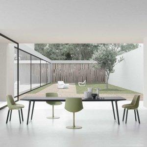 Tavolo Axy, sedie Flow Color, a parete nuovo sistema Square System. Tutto di MDF Italia.